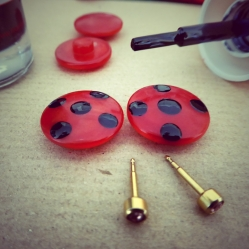 inventar Brincos Miraculous, com botões